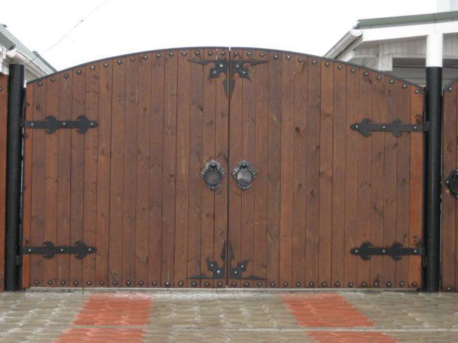 Деревянные ворота на металлическом каркасе